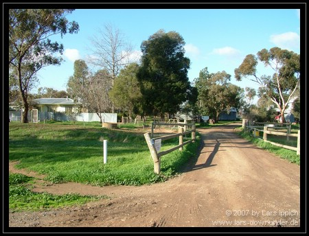 Blick zur Farm von der Straße aus