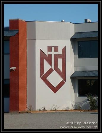 Notre Dame Logo und Videokamera am Gebäude
