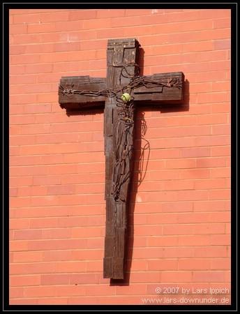 Holzkreuz an einem Gebäude auf dem südlichen Schulgelände des Notre Dame College