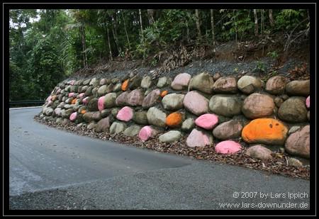bemalte Steine nahe des Aussichtspunktes