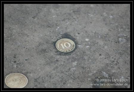 10 Pfennig im Gehsteig